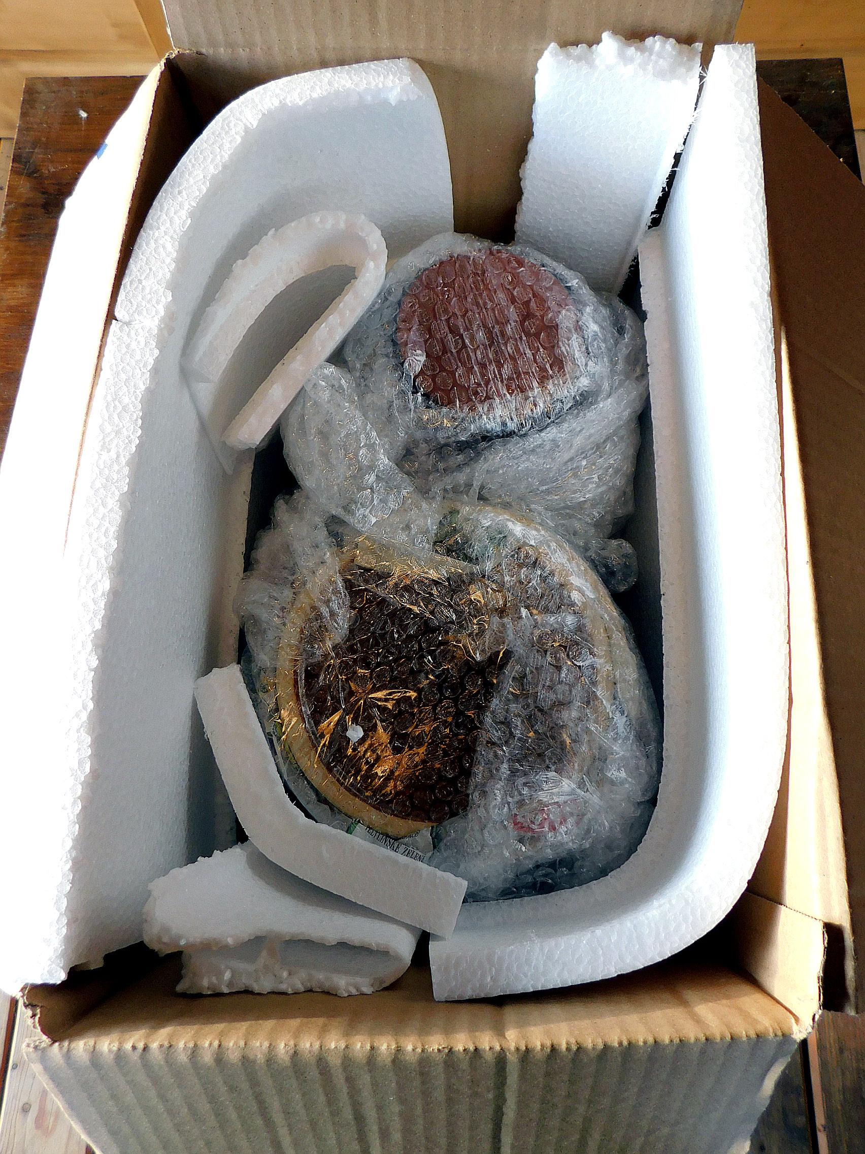 Balení sádláků, kmeninových forem a kameninových pekáčů. Příprava na odeslání zásilky.
