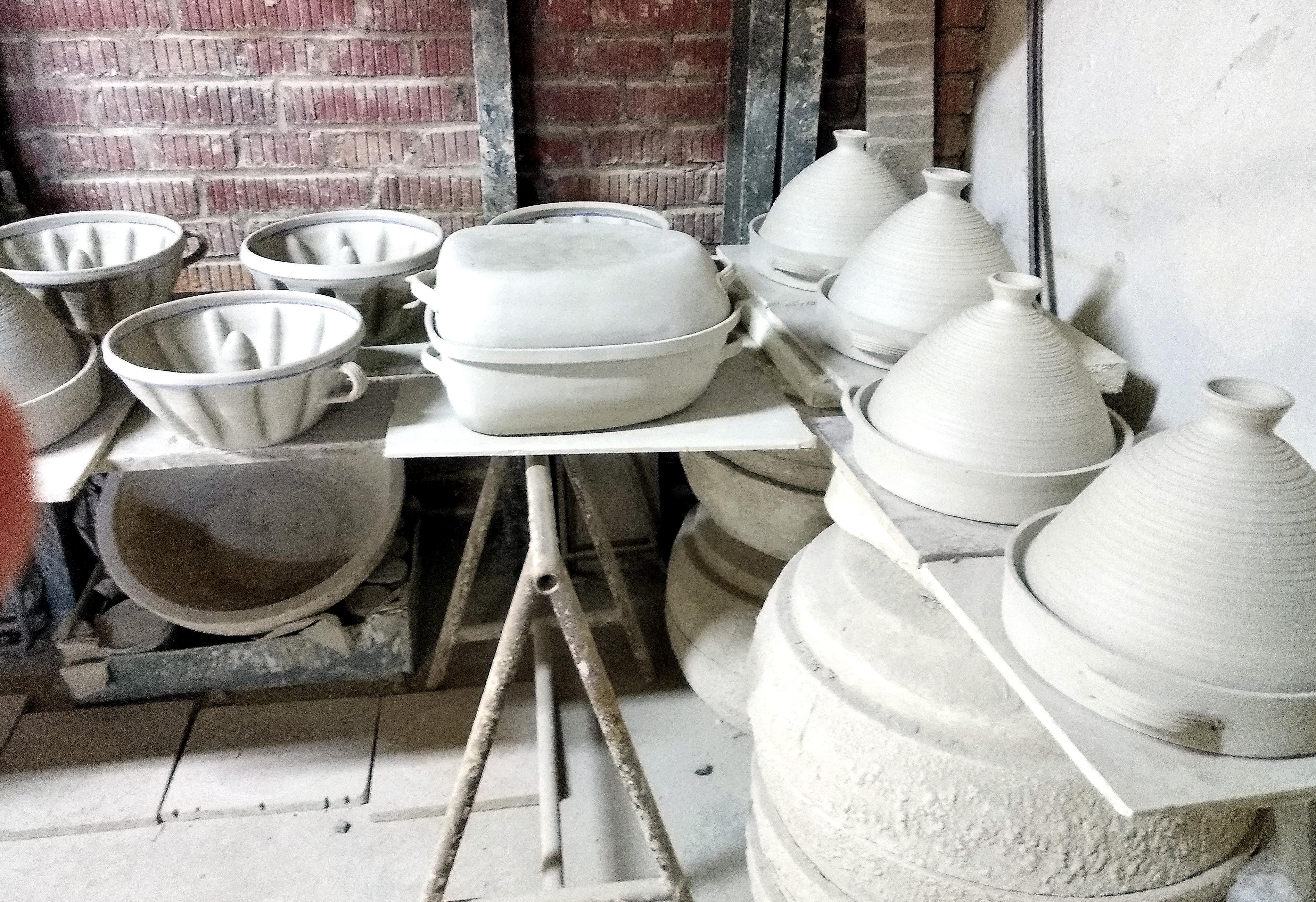 keramická díla - výroba kameninových forem a pekáčů, sádláků. Vysychaní kameninových forem..